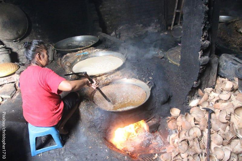 женщина жарит еду на кокосовом масле